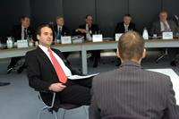 Wie grundsätzlich sich die Perspektiven aus Sicht eines Unternehmers in nur einem Jahr gewandelt haben, führten Bereichsdirektor Marc Sesemann und Fachbereichsleiter Reiner Gebele bei der Bilanzpressekonferenz vor Augen. Bild: Andreas Laich