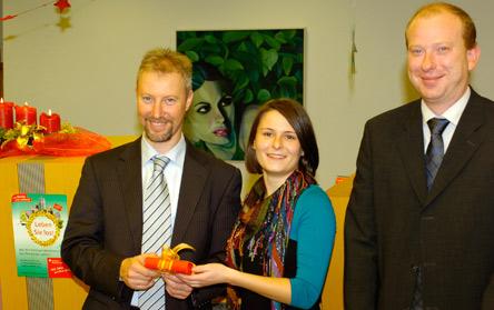 von li. nach re: Filialdirektor Ulrich Kuhn, Gewinnerin Frau Saskia Liebel, Kundenberater Martin Rapp