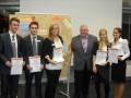 Überreichung der Urkunden an die Gewinnergruppen vom stellvertretenden Vorsitzenden des Vorstandes Hans Neuweiler