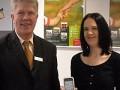 Geschäftsstellenleiter Rolf Hammann der Sparkasse in Freudenstein mit Gewinnerin Stefanie Schnitzler bei der Übergabe des iPods.