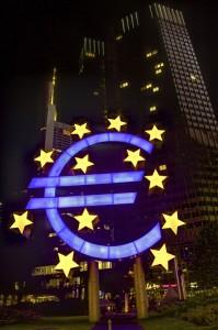 Beleuchtetes Eurozeichen in Frankfurt am Main