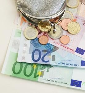 Geldbörse mit Euroscheinen und -münzen