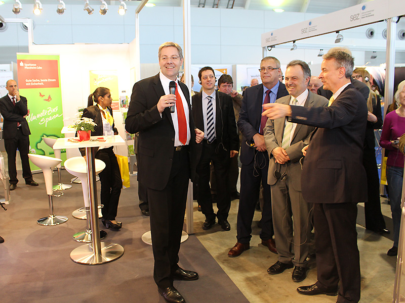 Tobias Peylo vom Sparkassenverband Baden-Württemberg begrüßt Minister Peter Friedrich